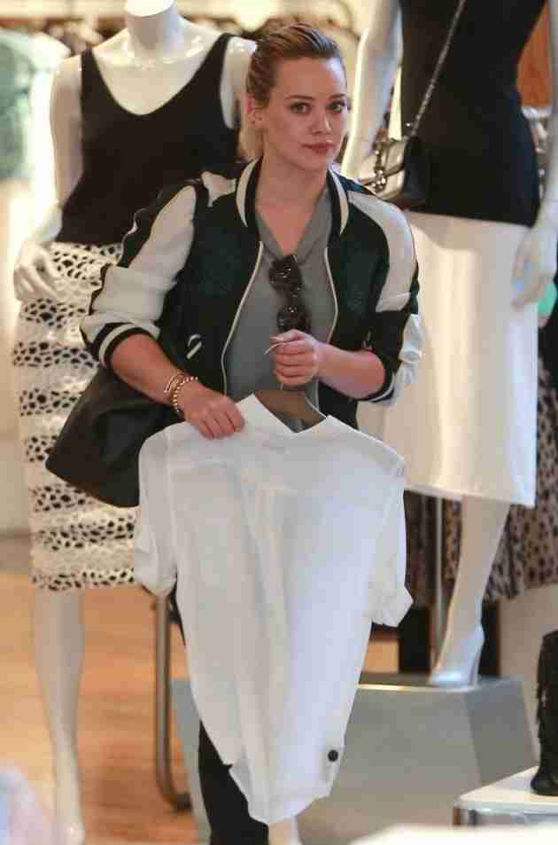 hilary-duff-shops-at-intermix-in-los-angeles-feb.-2015_3