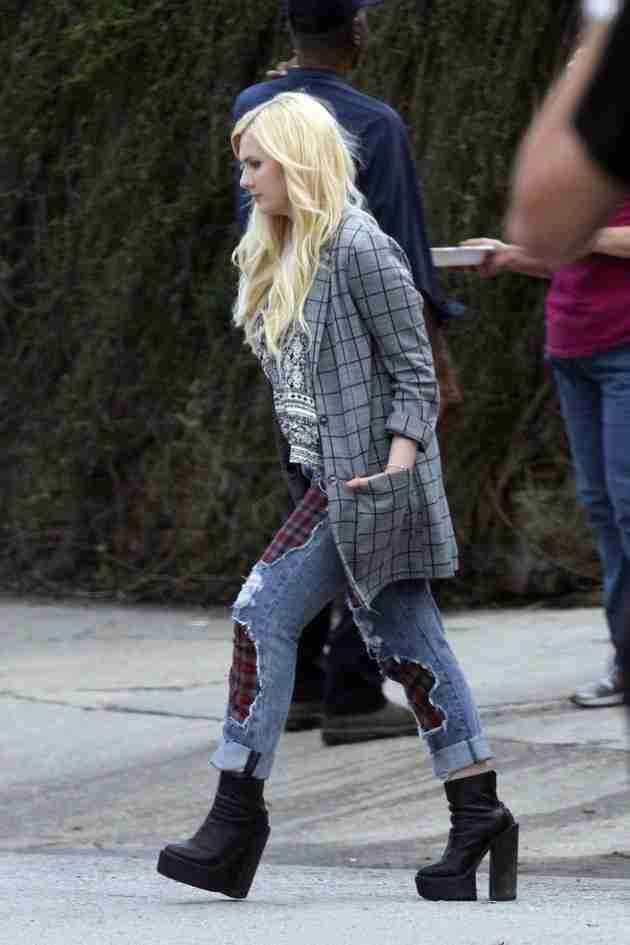 abigail-breslin-pics-at-scream-queens-set-in-new-orleans (3)